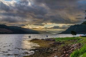 brzegi i tafla Loch Duich w kolorach zachodzącego słońca