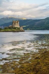 zamek z XIV wieku położony nad brzegami jeziora