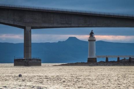 latarnia morska przy moście łączącym brzegi cieśniny