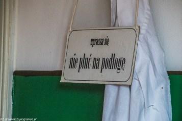 Lubelski skansen - tabliczka z zakazem plucia