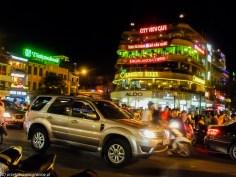 spacer po hanoi - neony ruch drogowy noc