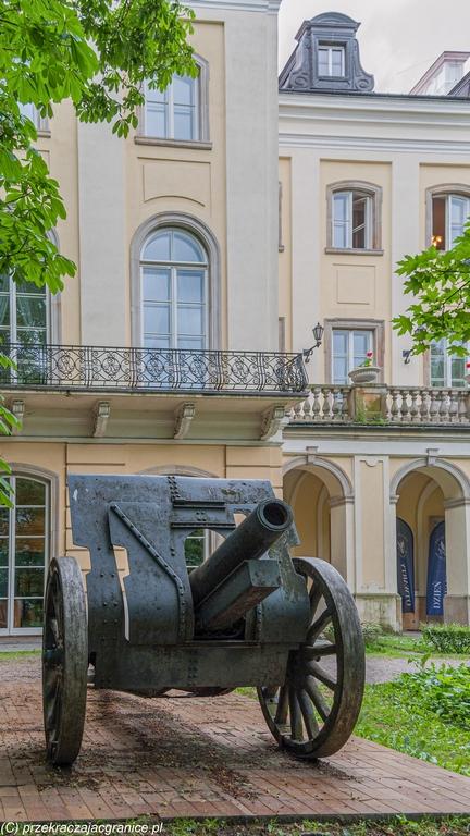Centrum Warszawy - armata na UW