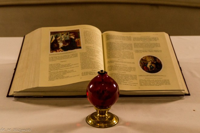 otwarta księga i oliwny znicz czerwony okolice kielc