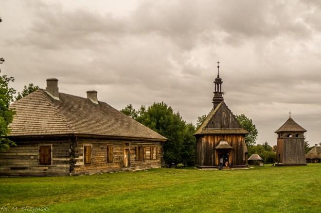 stare drewniane zabudowania w skansenie okolice kielc