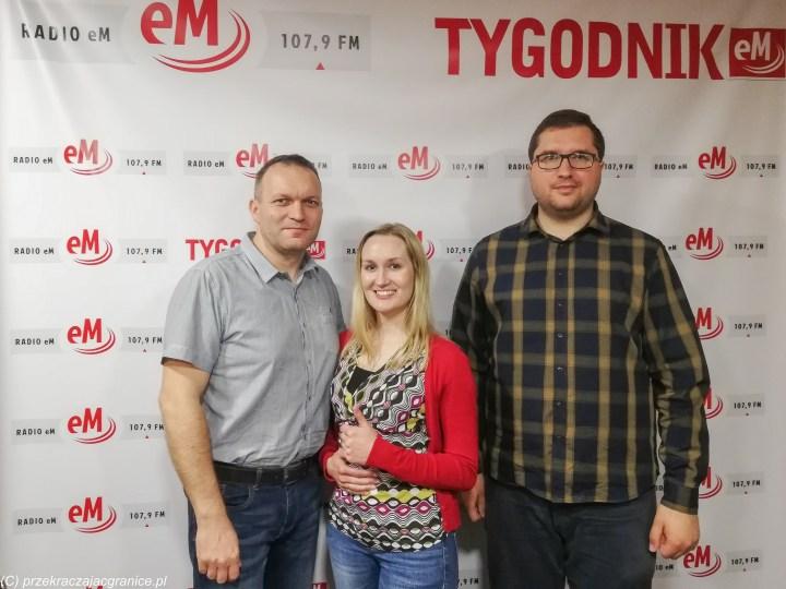 zdjęcie kobiety i dwóch mężczyzn na tle napisów radio em
