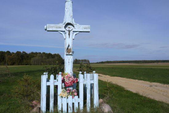 Drewniany krzyż z widoczną datą 1876 r.