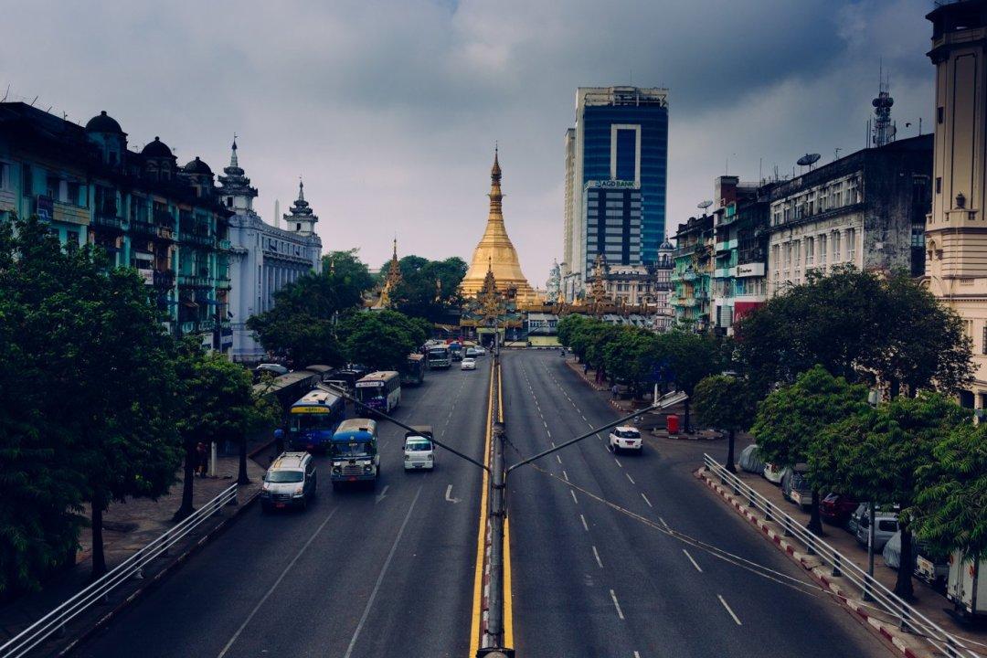 Zwykło się mówić, żeczas się wBirmie zatrzymał. Nic bardziej mylnego - widać topomodernizującym się Yangonie