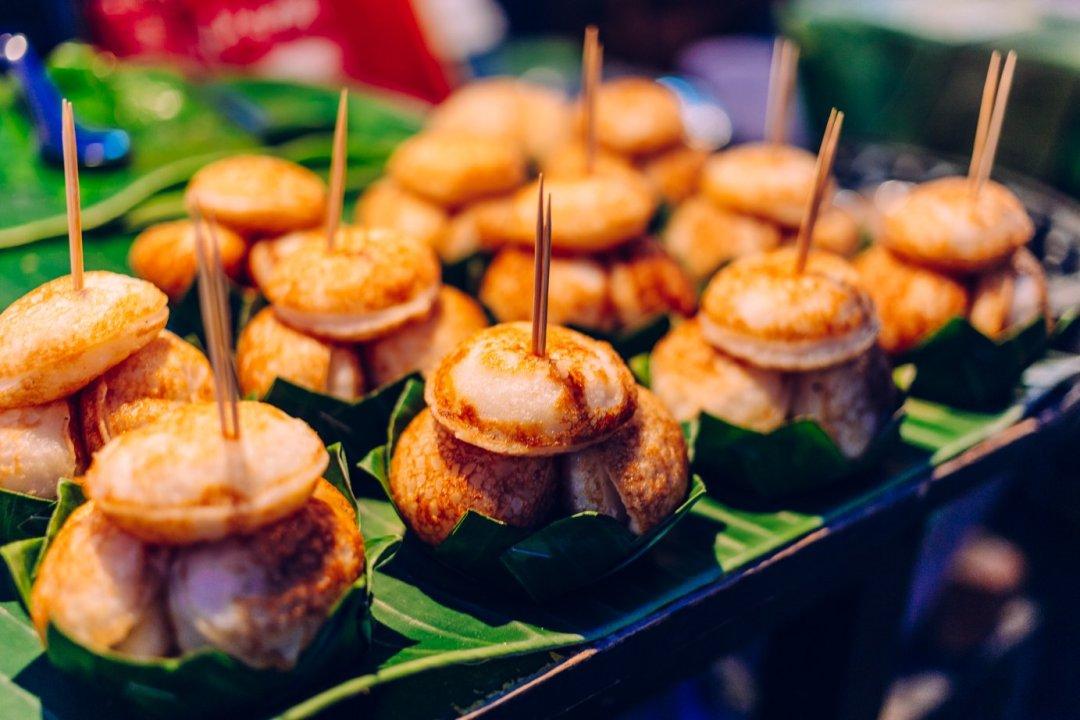Małe naleśniki zmleka kokosowego. Podawane naciepło napodstawce zliści palmowca