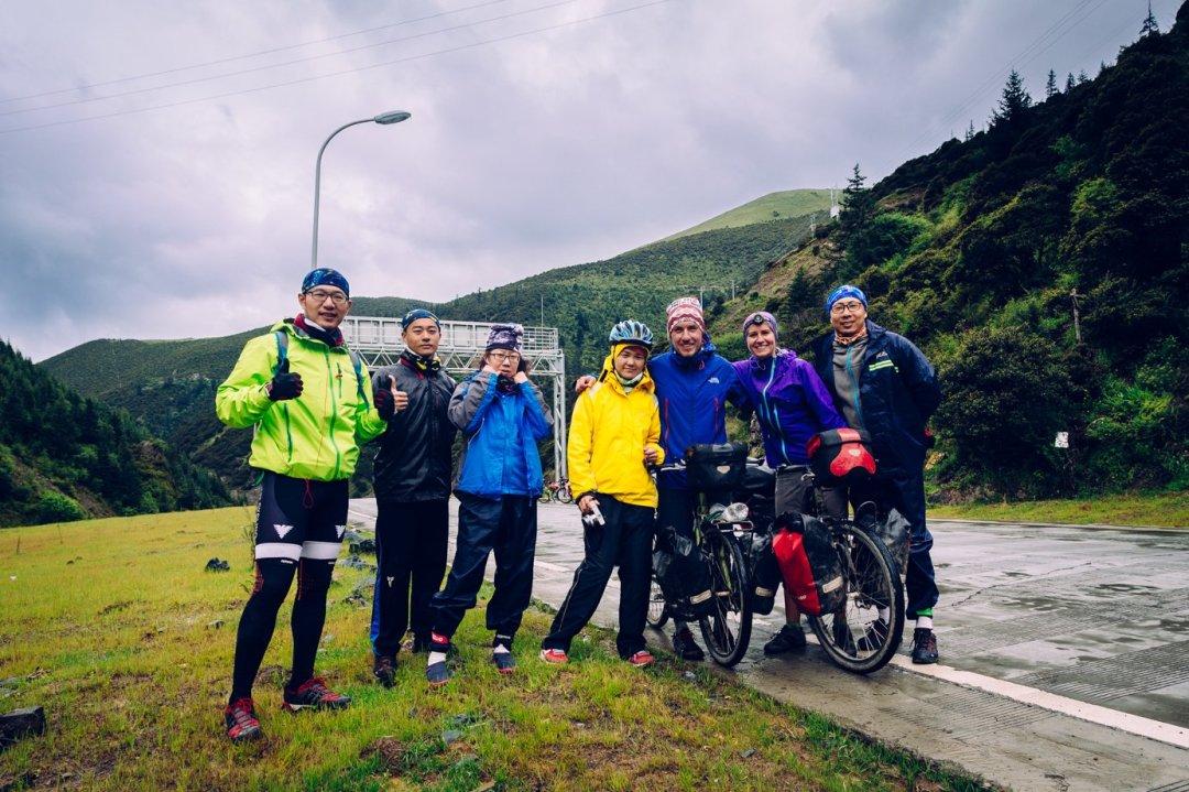 Trasa przezTybet iSyczuan jest oblegana przezchińskich rowerzystów. Zatoniespotkaliśmy ani jednego sakwiarza zzagranicy (co niedziwi, bo odpoczątku podróży spotkaliśmy może... trzech)