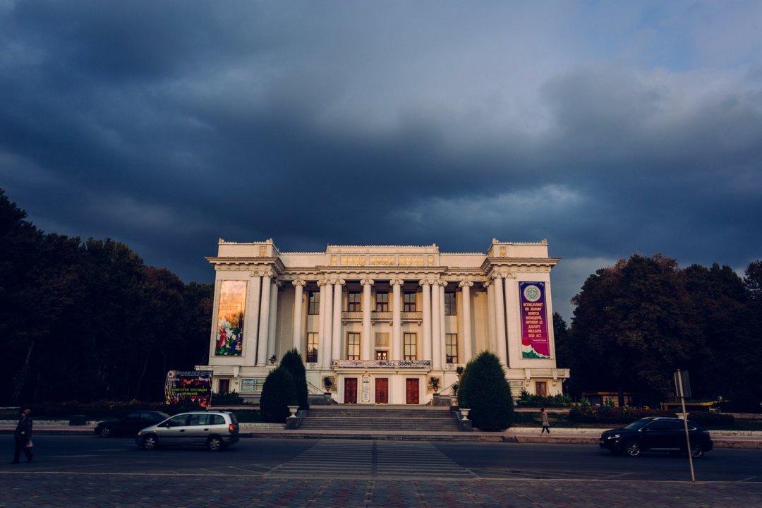 Okazały budynek Opery Narodowej. Byliśmy tam nakoncercie zokazji Europejskiego tygodnia wDushanbe. Odśrodka wygląda równie imponująco.