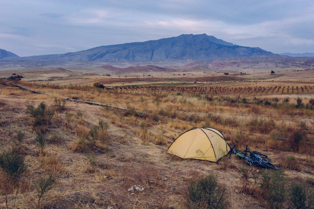 Za towtym krajobrazie, nasz żółty namiot poraz pierwszy idealnie się wtapiał wtło.