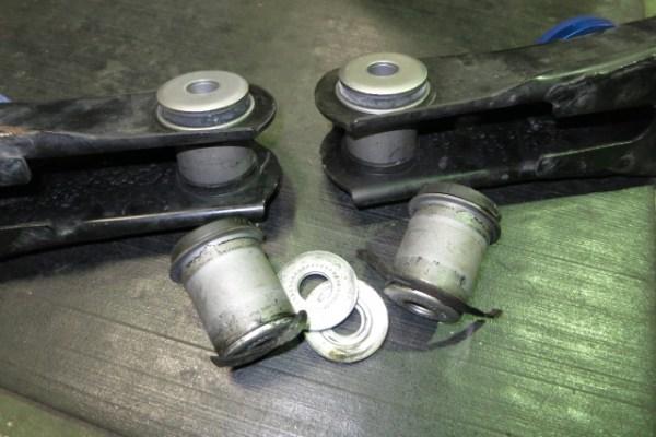 GDH201V ハイエース フロントロアアームブッシュ交換 四輪アライメント