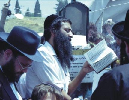 Yahudi berdoa di tembok ratapan