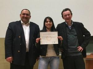 Gwendoline Caron avec son diplôme, entourée de Diego Salazar et de Christophe Leroy
