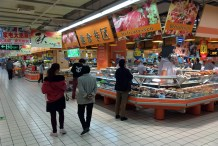 The delicatessen carries all sorts of foods — including prepared chicken wings. I hit the deli several times while there.
