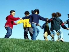 crianças brincando é parte do educar