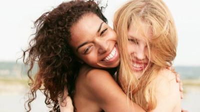 amigos se abraçando