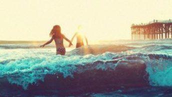 casal juntos no mar