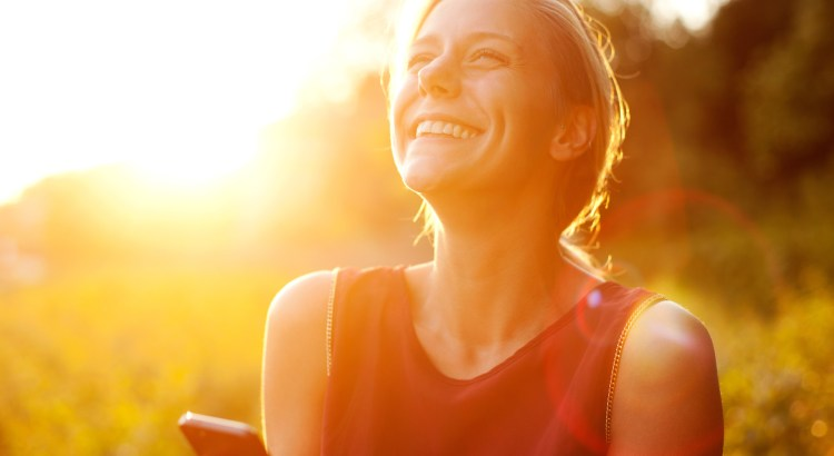 receita de felicidade, psico.online, mulher feliz, mulher sorrindo, pessoa sorridente
