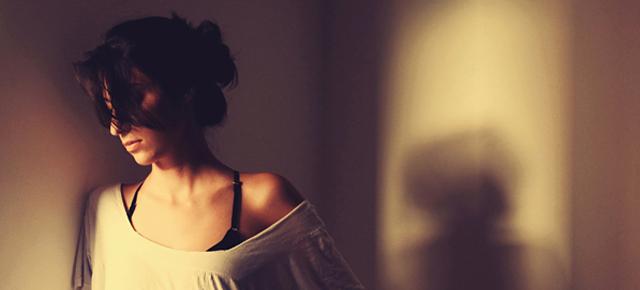 separação, superação, divórcio, mulher pensativa, mulher triste