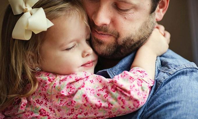 complexo de electra, amor de filha, pai e filha abraçados, abraço, relação paterna, relação pai e filha