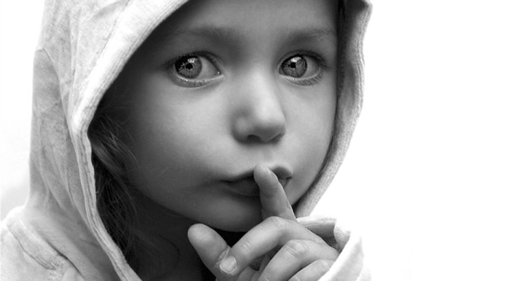silêncio, silenciar, criança em silêncio, criança, introspecção, silenciar