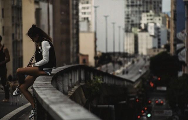 bloqueio emocional, pessoa sentada na ponte, ponte