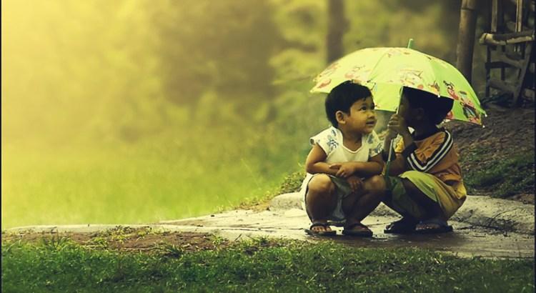 gentileza, humildade, generosidade, crianças na chuva, ajuda