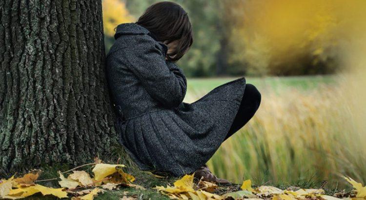 autoestima, fragilidade, pessoa triste na árvore