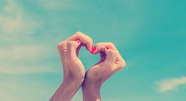 amor próprio, coração com as mãos
