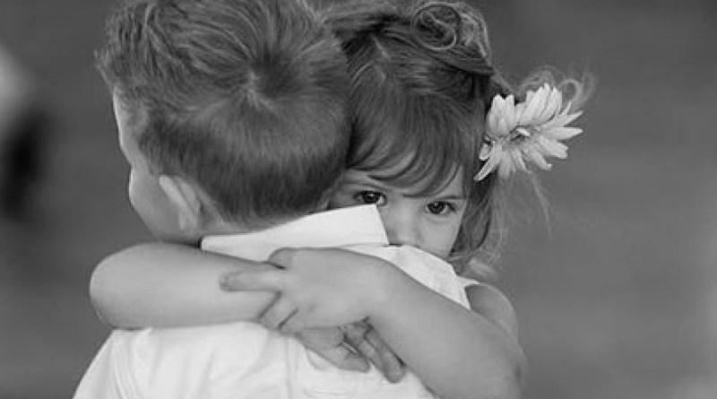 morre, consolar, crianças abraçadas