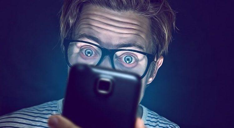 excesso de informações, pessoa com celular