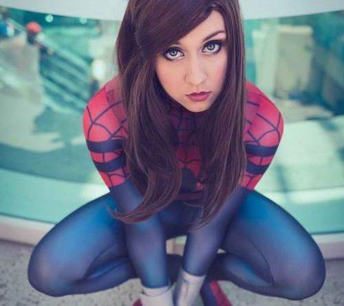 Mulher com roupa de homem aranha