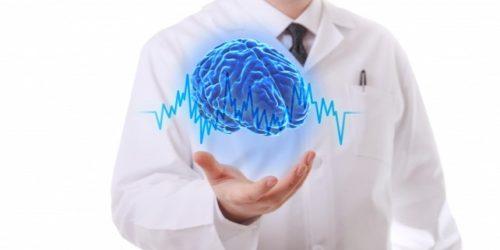homem com cerebro virtual na mao