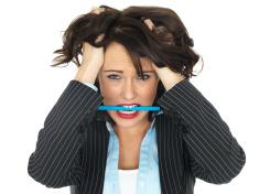 Fixação oral - mulher mordendo caneta na boca