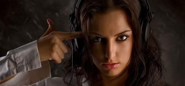 mulher ouvindo musica com fone de ouvido e dedo na cabeça (suicidio)