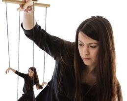 locus de controle interno e externo - mulher com marionete
