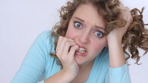 mania obsessao - mulher roendo unhas