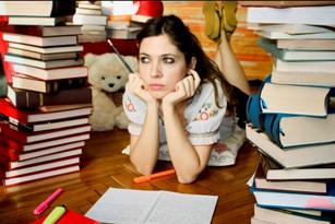 menina estudando sozinha