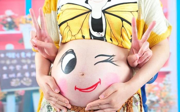 mulher gravida - gravidez - barriga com carinha
