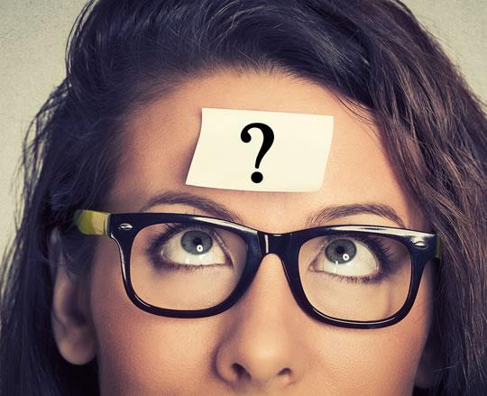 mulher oculos olhos azuis pensando olhando pra testa ponto de exclamacao - duvida pergunta
