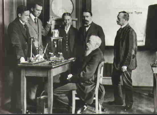 Wilhelm Wundt (sentado) no primeiro laboratório de psicologia do mundo. Imagem de Wikimedia Commons
