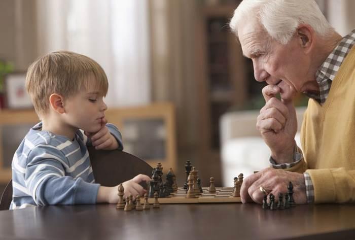 Erik Erikson propôs uma teoria do desenvolvimento psicossocial que olhou para o desenvolvimento por toda a vida útil. Blend Images / Getty Images