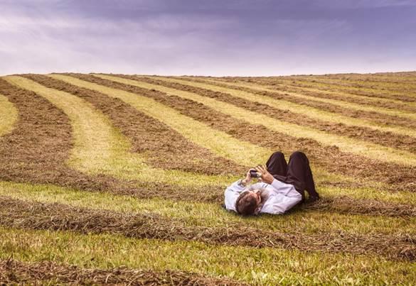 homem-usando-celular-paisagem