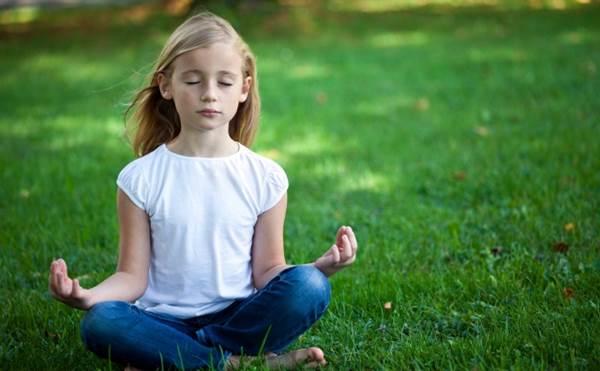 menina crianca meditando