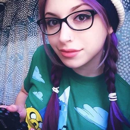 menina nerd jogando video game