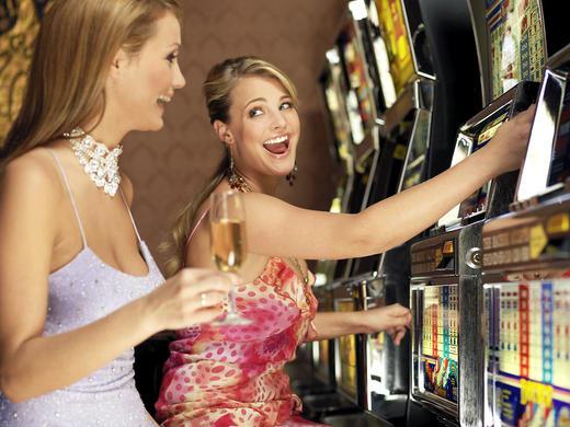 mulheres jogando na maquina caca niqueis - esquema de reforcamento de razao variavel