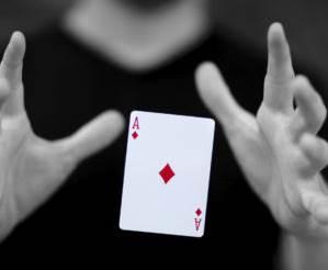 magico-ilusionista-carta-de-baralho-az