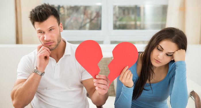 pareja con corazón roto