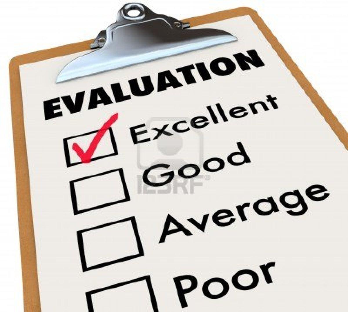 Una Tarjeta De Informe De Evaluacion Sobre Un Caballete Con Una Marca De Verificacion